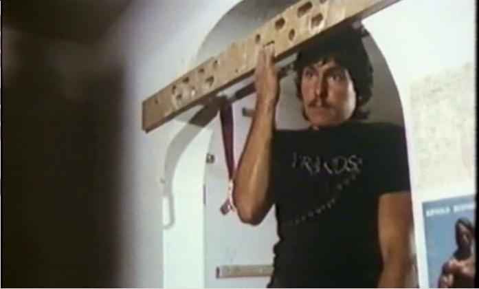 Wolfgang Güllich fait la traction d'un bras dans le film 'Wenn die Götter stirben'